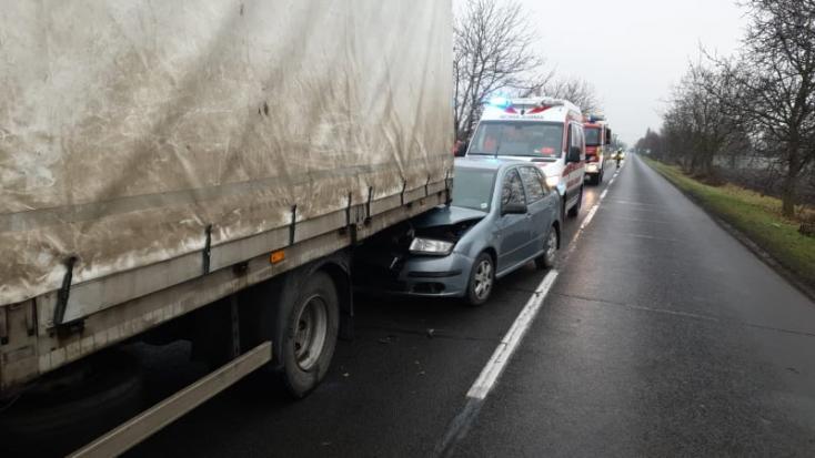 BALESET: Személyautó ütközött tehergépkocsival Mihályfa-Kolóniánál, mentőt is riasztottak a helyszínre