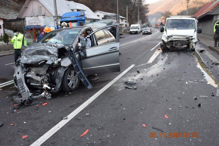 BALESET: Elaludt a sofőr, frontálisan ütközött egy furgon és egy személykocsi (FOTÓK)