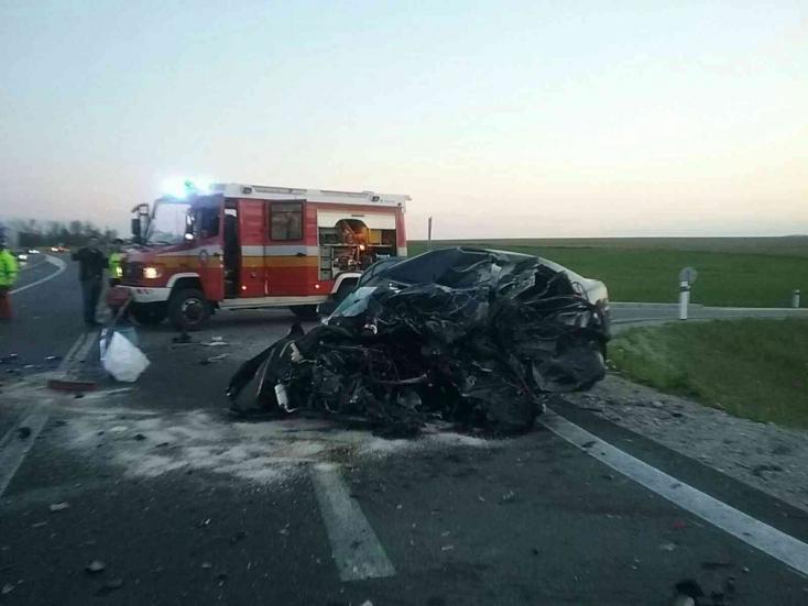 Halálos baleset: személyautó és kamion ütközött, utóbbi kigyulladt (FOTÓK)