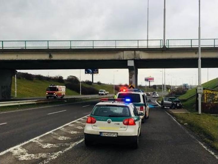 Halálos baleset: betonpillérnek hajtott a 80 éves nő, a helyszínen belehalt sérüléseibe