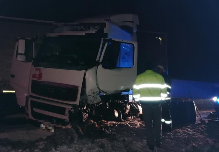 Tragikus baleset: teherautóval ütközött egy személykocsi, szörnyethalt egy 19 éves fiatal