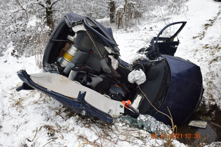 BALESET: Teljesen szétroncsolódott a személykocsi, súlyosan megsérült egy 35 éves férfi (FOTÓK)