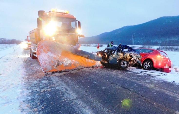 BALESET: Személykocsikat amortizált le egy hókotró