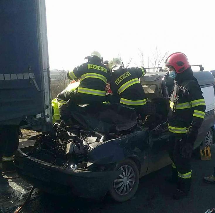Tragikus baleset: kamionnal ütközött egy kisfurgon – egy ember meghalt, mentőhelikoptert riasztottak a helyszínre (FOTÓK)