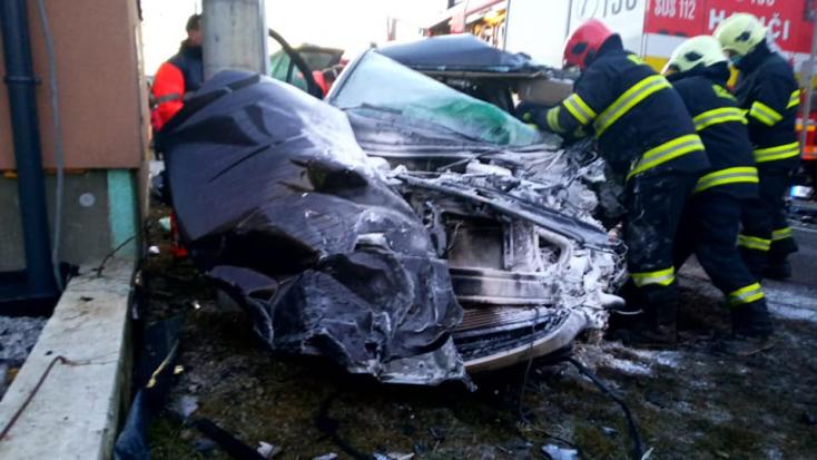 Halálos baleset: kamionnal ütközött egy személykocsi, utóbbi lángba borult (FOTÓK)