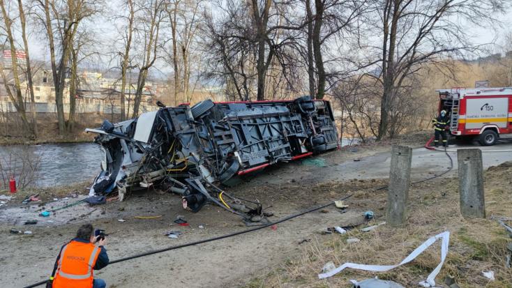 Autóbusszal ütközött egy személyvonat, két ember megsérült (FOTÓK)