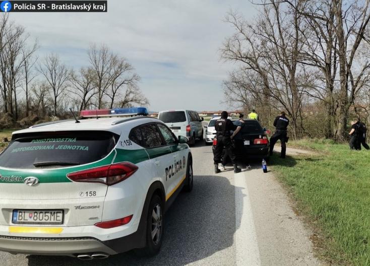Tettette, hogy ideges a rendőrök előtt, majd megpróbált meglépni a BMW-s – nem kevés vaj volt a fején
