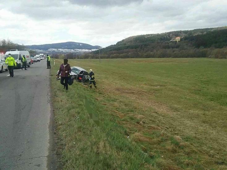 Autóbusszal ütközött egy személykocsi, egy ember súlyosan megsérült
