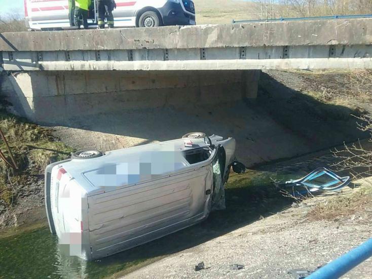 BALESET: Lezuhant a hídról egy furgon (FOTÓK)