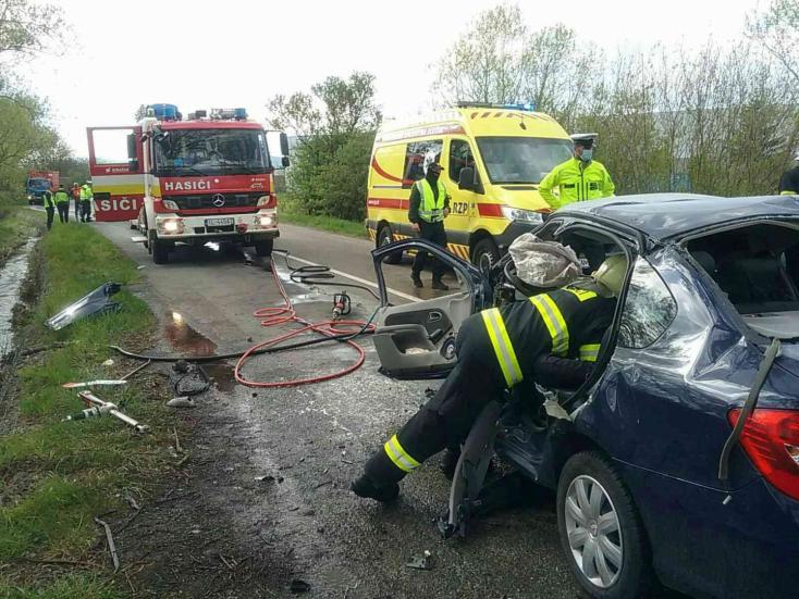 Halálos baleset: fának rohant egy személyautó, a sofőr nem élte túl az ütközést (FOTÓK)