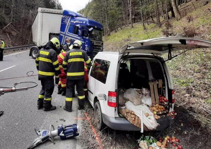 BALESET: Frontálisan ütközött egy kamion és egy személykocsi, egy ember meghalt (FOTÓK)