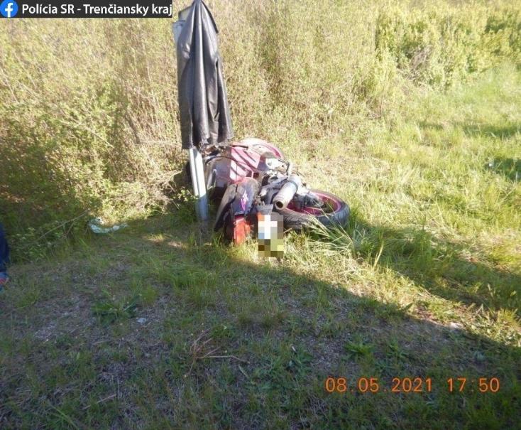 Lerepült az útról és földbe csapódott a 63 éves motoros, a kórházban belehalt sérüléseibe (FOTÓK)