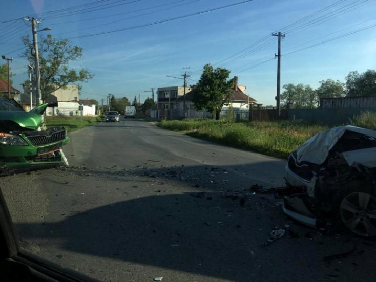 Két személyautó ütközött a reggeli balesetben