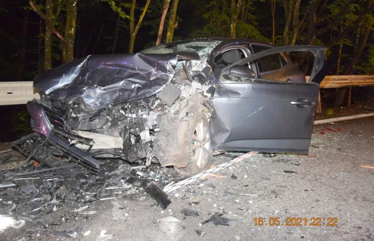 Frontálisan ütközött két személykocsi – egy fiatal nő meghalt, többen súlyosan megsérültek (FOTÓK)