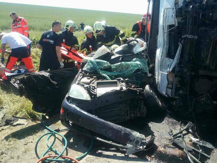 Teherautóval ütközött a személykocsi, négyen meghaltak!