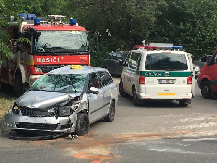 Három autó ütközött Pozsony egyik legforgalmasabb részén, a taxi a feje tetején végezte