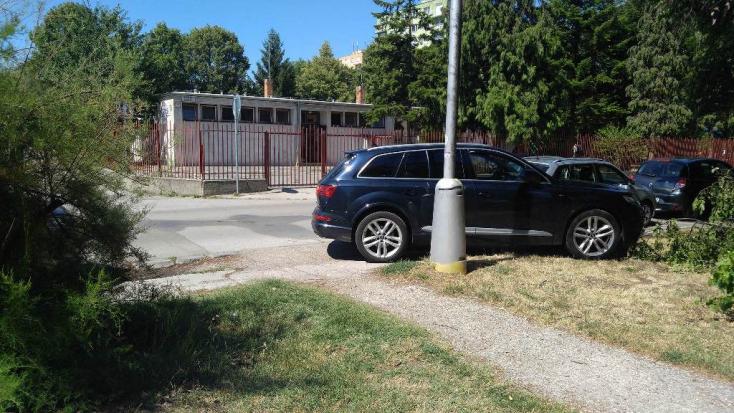 Érthetetlen parkolás a DAC Aréna közelében