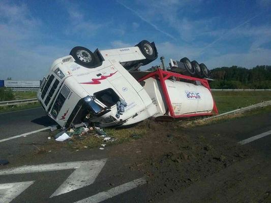 Durva baleset az autópályán: felborult egy kamion!
