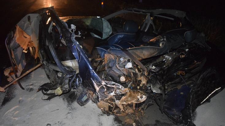 BORZALOM: Fának csapódott az autó, két fiatal vesztette életét