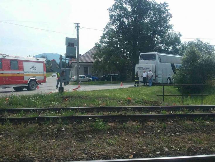 RÉMISZTŐ: Átszakította a sorompót az utasokkal teli busz a vonat érkezésekor!