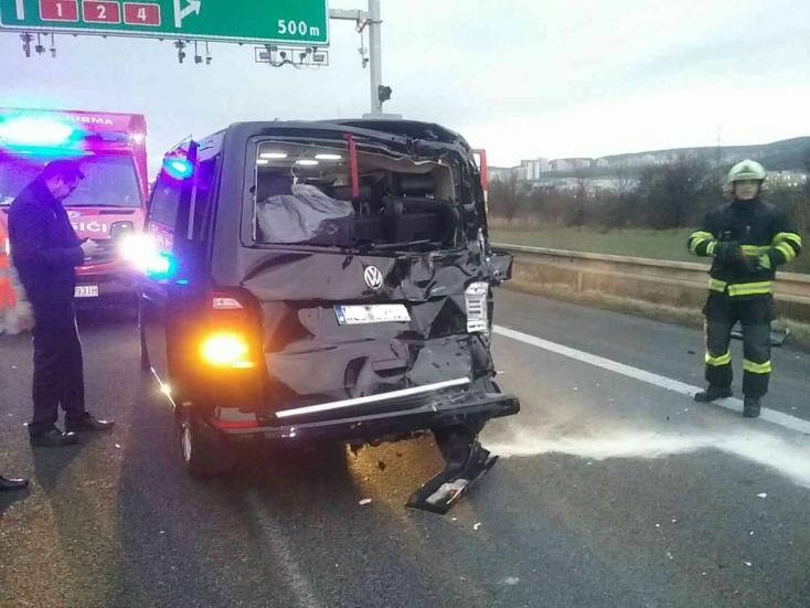TÖMEGBALESET: Egy kamion és több autó ütközött, lezárták az autópályát