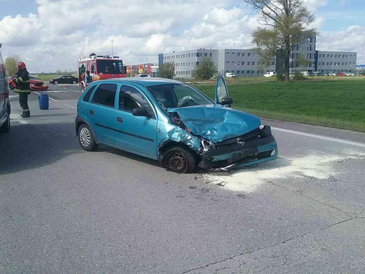 BALESET: Két autó ütközött a 63-ason Dunaszerdahelynél, két személy megsérült