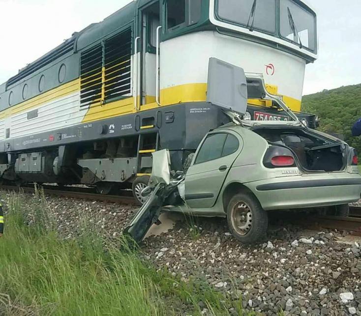 SZÖRNYŰ: Maga alá gyűrte a személykocsit a mozdony (FOTÓK)