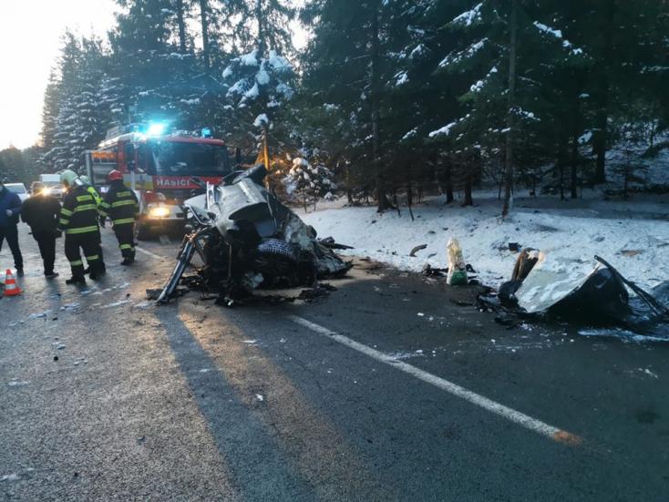 Fának csapódott autójával a 21 éves fiatal, nem élte túl a balesetet