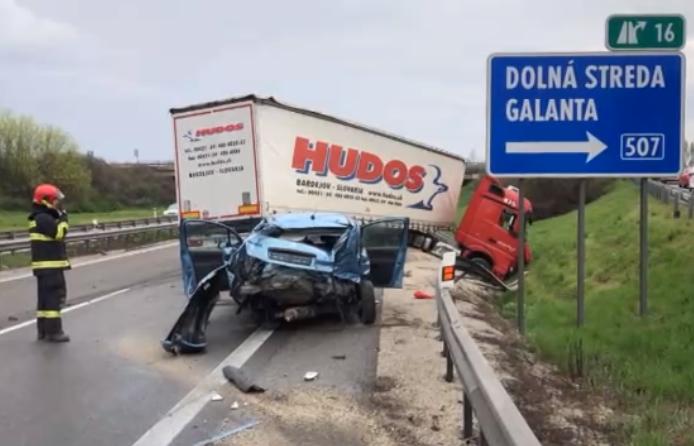SÚLYOS BALESET: Kamionnal ütközött egy személygépkocsi