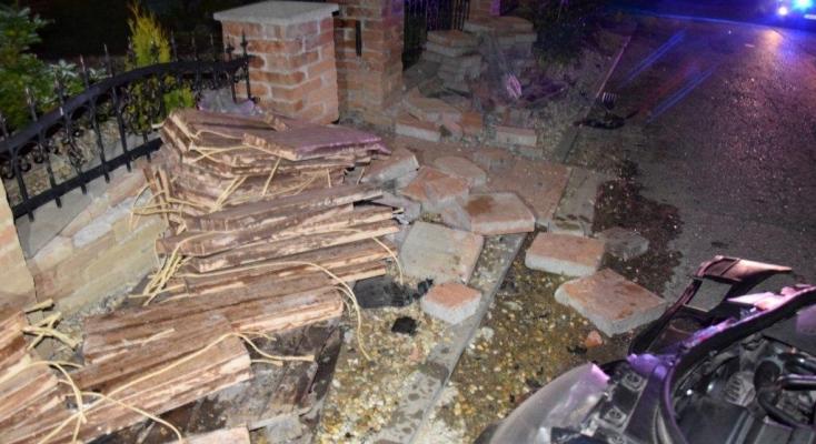 Mindent vitt a részeg sofőr, ami az útjába került: állatot, építési anyagot, kerítést... (FOTÓK)