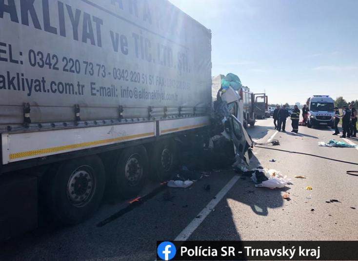 SÚLYOS BALESET: A kamion ittas sofőrjét bírságolták a rendőrök, amikor a járműbe rohant a furgon Galántánál