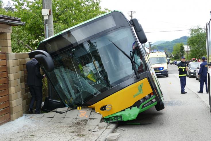 Emelkedett a buszbaleset sérültjeinek a száma, többségük gyerek (FOTÓK)
