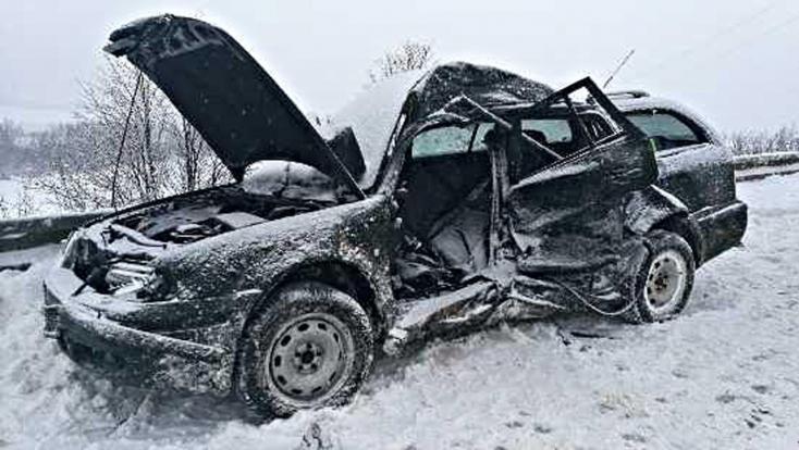 HALÁLOS BALESET: Elsodorta a busz az Octaviát, fiatal sofőrje belehalt sérüléseibe