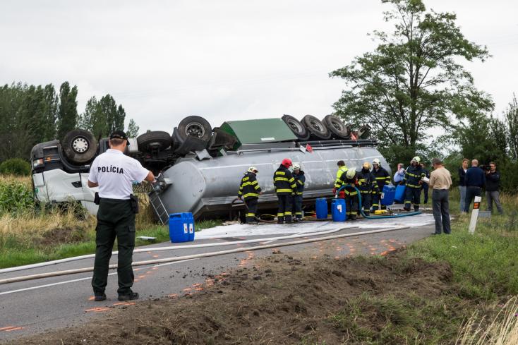 BALESET: Üzemanyagot szállító kamion borult fel Nagyudvarnok közelében