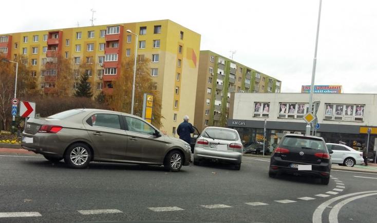 Személykocsik ütköztek a nagy dunaszerdahelyi körforgalomban