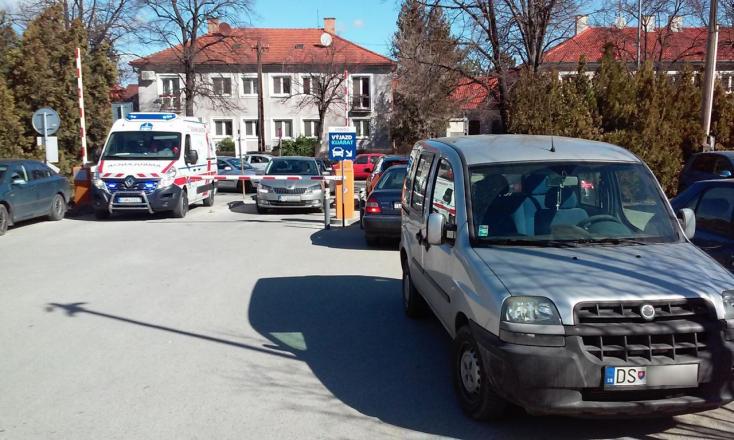 Büntetlen maradt a mentőt akadályozó módon parkoló kocsi a dunaszerdahelyi kórháznál