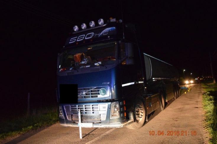 TRAGÉDIA: Áthajtott a kamion az úton fekvő emberen