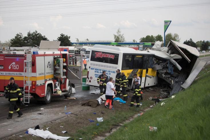 TRAGÉDIA: Megrázó fotók a busz és a teherautó balesetéről, meghalt a busz két utasa