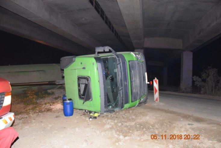 Figyelmetlensége miatt szenvedett súlyos sérüléseket a teherautó sofőrje