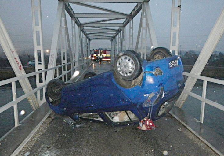 BALESET: Felborult egy autó a hídon