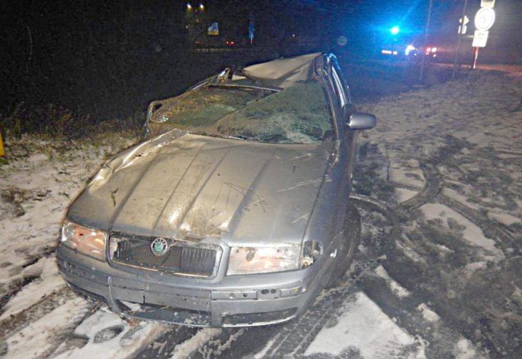 Folyóba borult a személyautó, sofőrje nem tudta kicsatolni a biztonsági övet