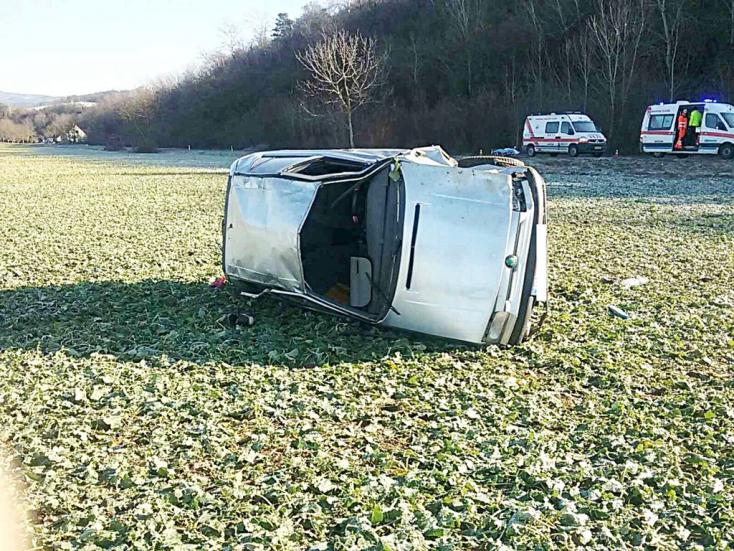TRAGÉDIA: Lerepült az útról az autó, életét vesztette egyik utasa