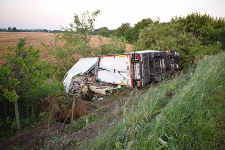 BALESET: Lehajtott az útról és fának csapódott egy kamion