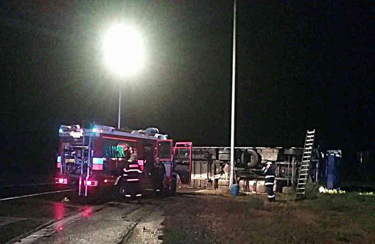 Felborult egy kamion az éjszaka, a sofőrt kórházba kellett szállítani