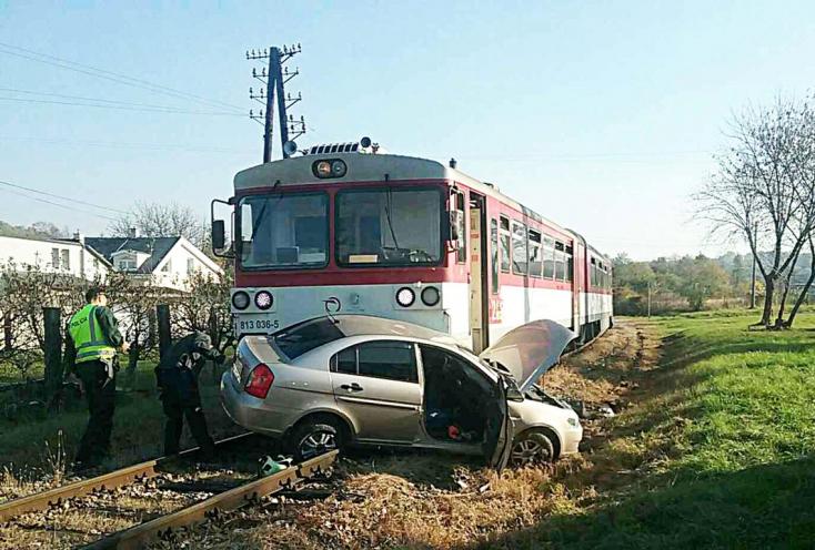 BALESET: Elsodorta a vonat az átjáróban Hyundait