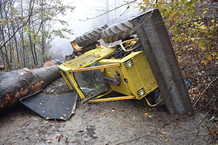 TRAGÉDIA: Kiesett a traktorból a sofőr, a jármű ráborult és halálra nyomta