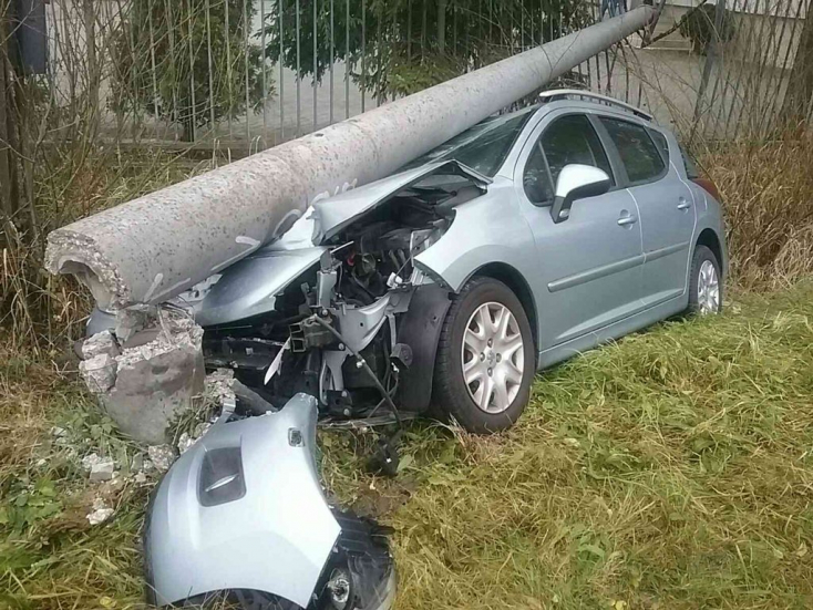 BALESET: Kettétört egy villanyoszlopot a személyautó
