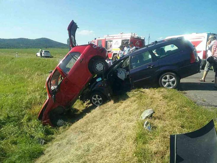 Durva baleset: Árokban kötött ki az ütközés után két autó, hat sérült!