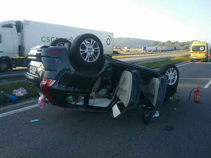 BALESET: Tetejére borult egy személyautó, három ember megsérült