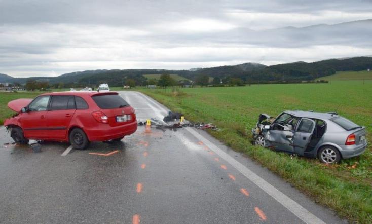 Halálos baleset: frontálisan ütközött két személykocsi, életét vesztette egy 79 éves nő
